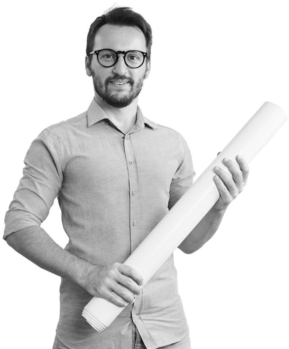 Mann mit Papierrolle, schwarzweiß